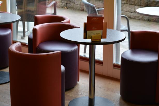 Café mit Clubsesseln
