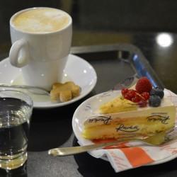 Kaffeetasse und Tortenstück