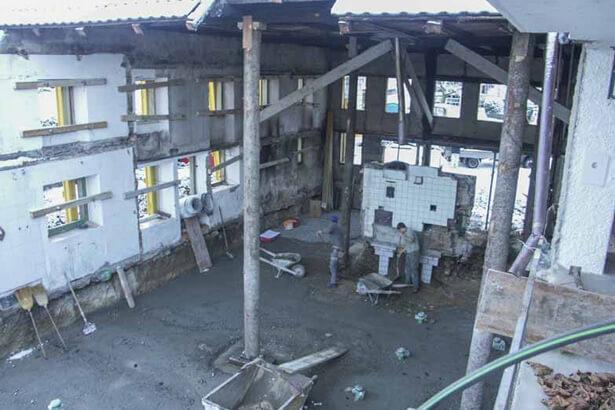 Dach wird mit Baumstämmen gestützt