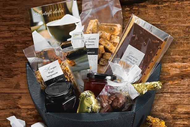 Geschenkkorb mit allerlei Schokolade und anderem Süssem