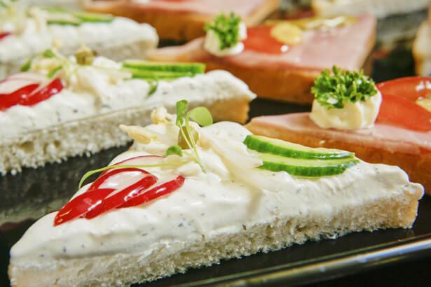 Belegte Brötchen oder Canapé mit Frischkräuterkäse
