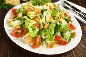 Croûtons auf gemischtem Salat